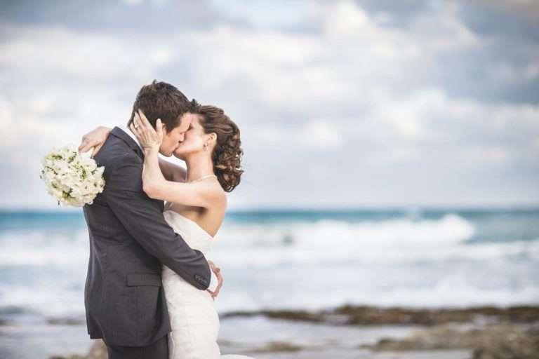Vídeos de boda en la playa: ¿cómo, cuando y dónde realizarlos? | Videocontent Tu vídeo desde 350€ | videos de boda en la playa min | videos-para-bodas